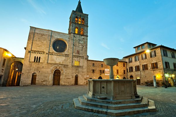 Bevagna: Piazza Silvestri all'imbrunire